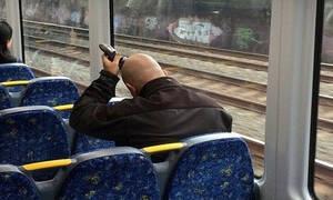 Τραγικός: Άρχισε να ξυρίζεται μέσα στο τρένο! (pics+vid)