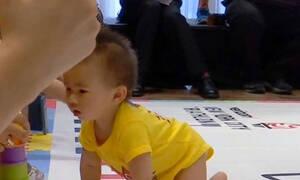 Διαγωνισμός μπουσουλίματος: Δείτε τι κρατούσαν οι μαμάδες για να μπουσουλήσουν γρήγορα τα μωρά (vid)