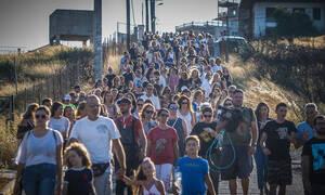 Πορεία μνήμης στο Μάτι: Βουβή οργή για τους 102 νεκρούς (pics & vid)