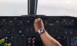 Συγκλονιστικό video:  Boeing 737 πέφτει στον ωκεανό - Πλάνα μέσα από την καμπίνα του πιλότου
