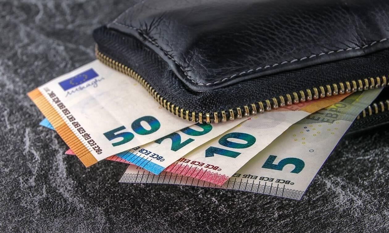 «Βρέχει» χρήματα: Δείτε πότε θα πληρωθούν οι δικαιούχοι των επιδομάτων
