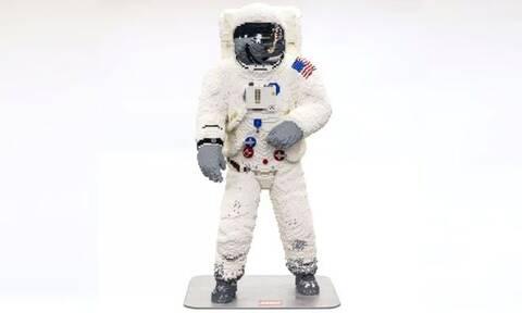 Εντυπωσιακό! Η στολή του αστροναύτη Μπαζ Όλντριν... από κυβάκια (vid)