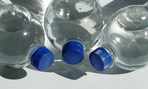 Bottle Cap Challenge: Όταν τα καπάκια γίνονται... εμμονή