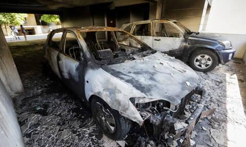Φωτιά σε πιλοτή στα Πετράλωνα - Στις φλόγες τέσσερα οχήματα