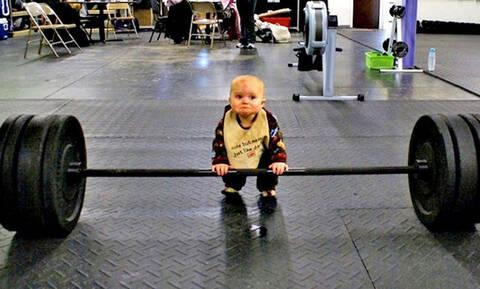 Ξεκαρδιστικό: Τι δουλειά έχει αυτός ο πιτσιρικάς στο γυμναστήριο; (pics+vid)