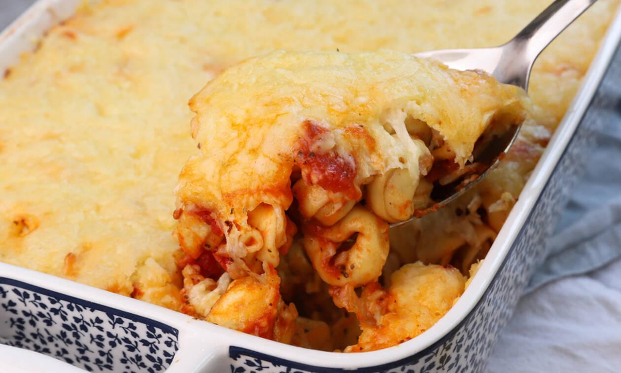 Εύκολη συνταγή: Τορτελίνια φούρνου με σάλτσα ντομάτας