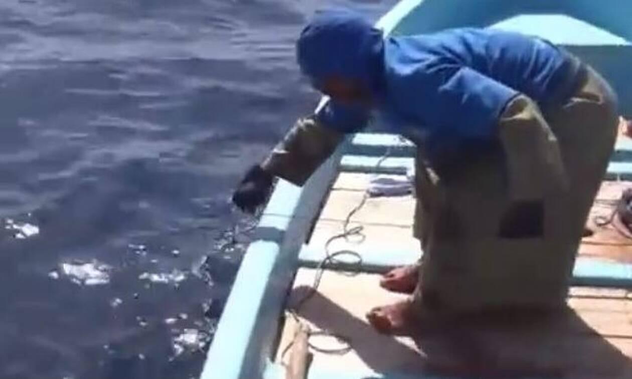 Ψαράς αισθάνεται απίστευτο τράβηγμα στην πετονιά του! Δεν φαντάζεστε τι ψάρι έβγαλε (video)