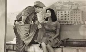 Το παρασκήνιο πίσω από την ιστορική φωτογραφία της Τζένης Καρέζη και του Κώστα Μουσούρη