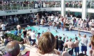 Τρόμος σε κρουαζιερόπλοιο: Άνδρας ντυμένος κλόουν επιτέθηκε και τραυμάτισε τουρίστες (pics)