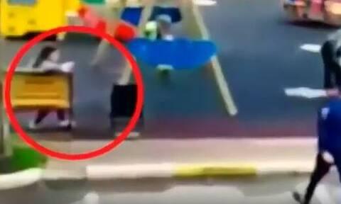 Βίντεο σοκ: Μαχαίρωσε μέχρι θανάτου την πρώην του μπροστά στην 5χρονη κόρη της