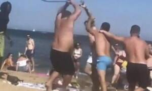 Άγριο ξύλο σε παραλία! Έτρεχαν να κρυφτούν οι τουρίστες (video)