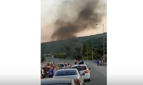Συναγερμός στην Πυροσβεστική: Αυτοκίνητο τυλίχθηκε στις φλόγες στην Εγνατία Οδό (vid)