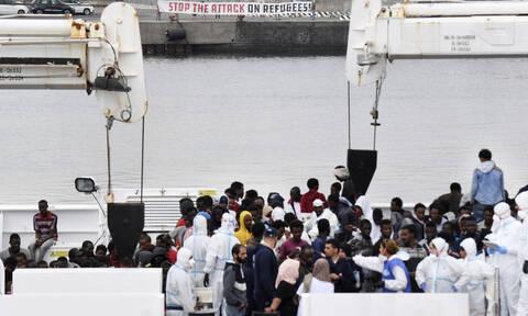 Ιταλία: Αποκλεισμένοι σε σκάφος της ακτοφυλακής 130 μετανάστες