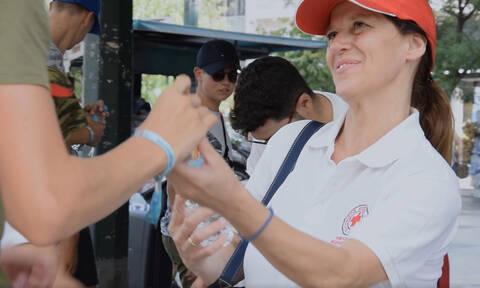 Ο Ελληνικός Ερυθρός Σταυρός σε κεντρικά σημεία της Αθήνας για τον καύσωνα (pics)