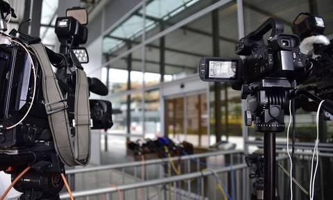 Απίστευτο: Δημοσιογράφος βούτηξε μέσα στα λασπόνερα - Δείτε τι συνέβη