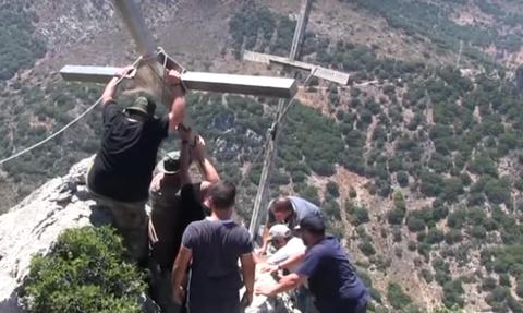 Απίστευτο βίντεο: Ανέβασαν και τοποθέτησαν σταυρό 100 κιλών σε βουνό (vid)
