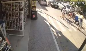 Βίντεο - ΣΟΚ: Η στιγμή που αυτοκίνητο χτυπά τουρίστα στη Ζάκυνθο