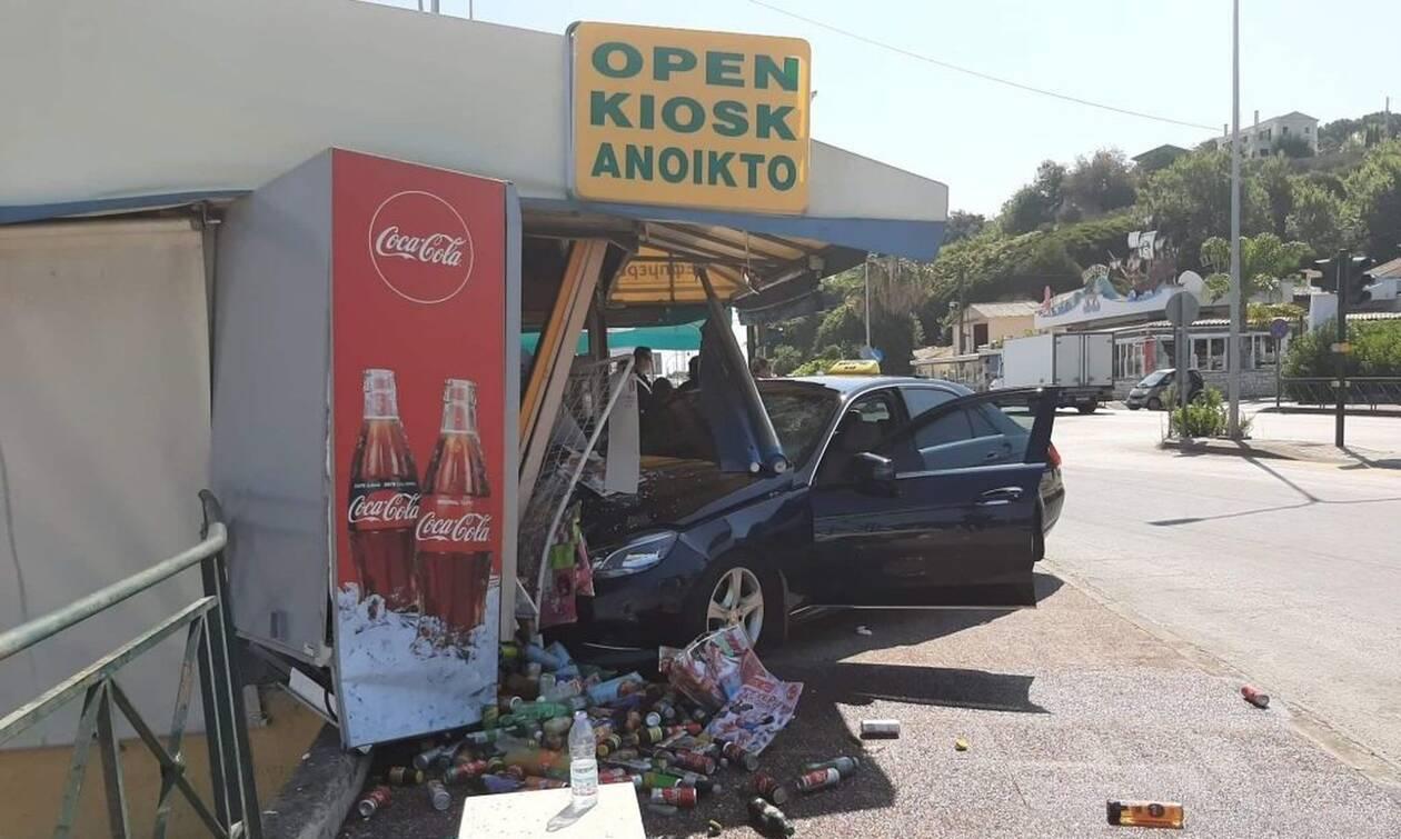 Πανικός στην Κέρκυρα: Ταξί «καρφώθηκε» σε περίπτερο - Μία τραυματίας