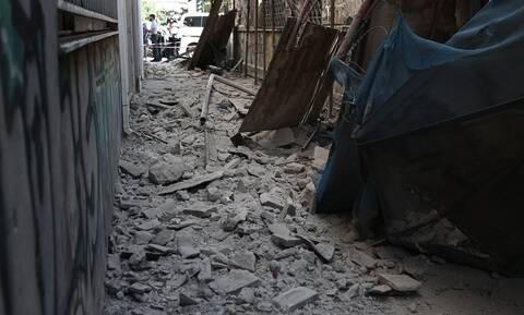 Σεισμός Αθήνα: Γκρεμίζεται κτήριο στο κέντρο - Δείτε τις εικόνες (pics)