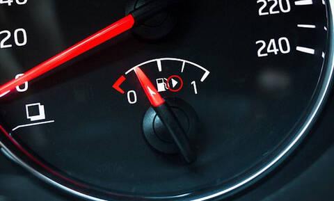 To ήξερες; Δες τι σημαίνει το βελάκι στο κοντέρ της βενζίνης;