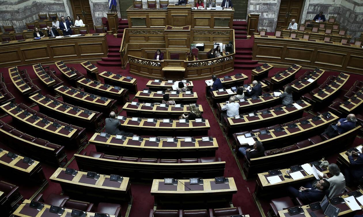 Κατατέθηκε το διυπουργικό νομοσχέδιο: Οι αλλαγές σε άσυλο, αυτοδιοίκηση και διανομή φαρμάκων