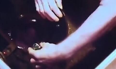 Τρόμος: Η κρυφή κάμερα αποκάλυψε την αλήθεια - «Πάγωσε» όταν είδε τι έκανε ο άνδρας της (vid)