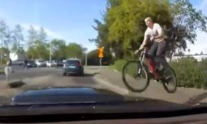 Απίστευτο ατύχημα! Του καρφώθηκε ποδηλάτης στο παρμπρίζ (video)