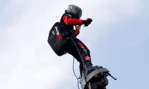 Γαλλία: Ο «ιπτάμενος» Φράνκι Ζαπάτα κατάφερε να διασχίσει τη Μάγχη με Flyboard