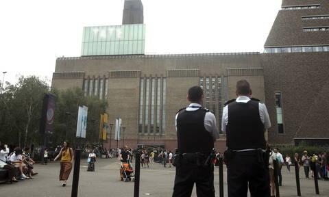Λονδίνο: 17χρονος έσπρωξε 6χρονο από το 10ο όροφο μουσείου - Σε κρίσιμη κατάσταση το παιδί (vid)