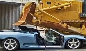 Γιατί καταστρέφεται έτσι βίαια αυτή η ανοιχτή Ferrari 360;