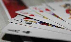 ΣΟΚ: Έπαιξε τη γυναίκα του στα χαρτιά - Έχασε και τη βίασαν