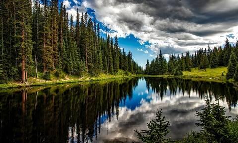 Έβγαλε με γυμνά χέρια... «τέρας» από το βυθό της λίμνης (pics)