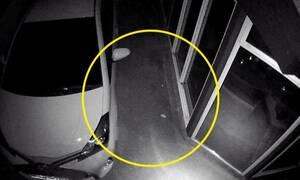 ΣΟΚ! Η κάμερα ασφαλείας αποκάλυψε την αλήθεια - Τρόμος με αυτό που είδε στο αυτοκίνητό του (vid)