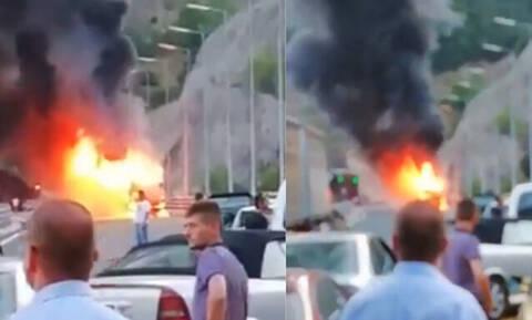 Σκηνές πανικού στην Εγνατία Οδό: Φωτιά σε τουριστικό λεωφορείο (vids)