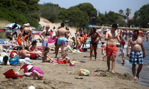 Προσοχή! Δείτε σε ποιες παραλίες ξηλώνονται ομπρέλες και ξαπλώστρες (pics)