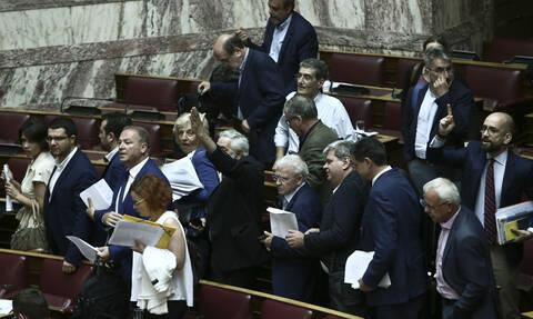 Ένταση στη Βουλή: Αποχώρησε σύσσωμη η αντιπολίτευση λόγω τροπολογιών του Βρούτση
