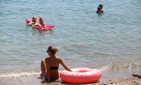 Θρίλερ στην Πάτρα: «Πάγωσαν» οι λουόμενοι με αυτό που βγήκε από τη θάλασσα (pics)