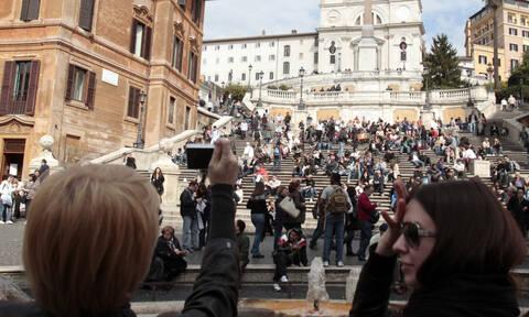 Πρωτοφανής κίνηση: Πού απαγορεύεται να κάθονται οι τουρίστες στη Ρώμη