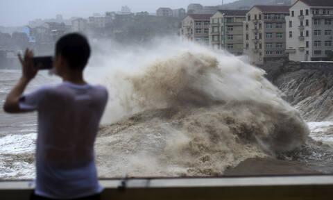 Κίνα: Ο τυφώνας Λέκιμα «σφυροκοπά» τη χώρα - Δεκάδες νεκροί και αγνοούμενοι (pics&vids)