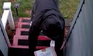 Του έκλεβαν πακέτα από το σπίτι - Έτσι τους «εκδικήθηκε» (vid)