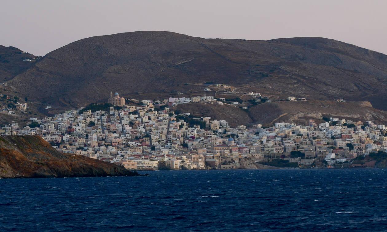 Σύρος: Κοίταξαν τα σκαλοπάτια και έμειναν άφωνοι με αυτό που είδαν (Pic)