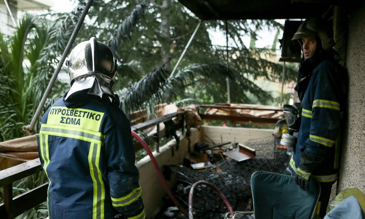Φωτιά σε σπίτι στην Καλλιθέα: Ανέσυραν γυναίκα χωρίς τις αισθήσεις της