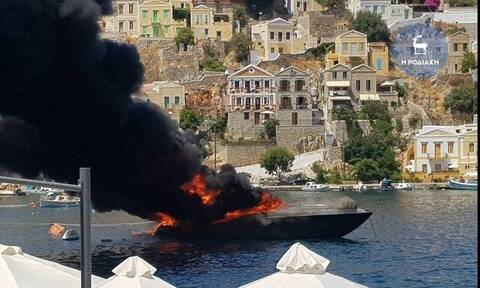 Εικόνες - σοκ στο λιμάνι της Σύμης: Φωτιά σε θαλαμηγό - Κάηκε ολοσχερώς