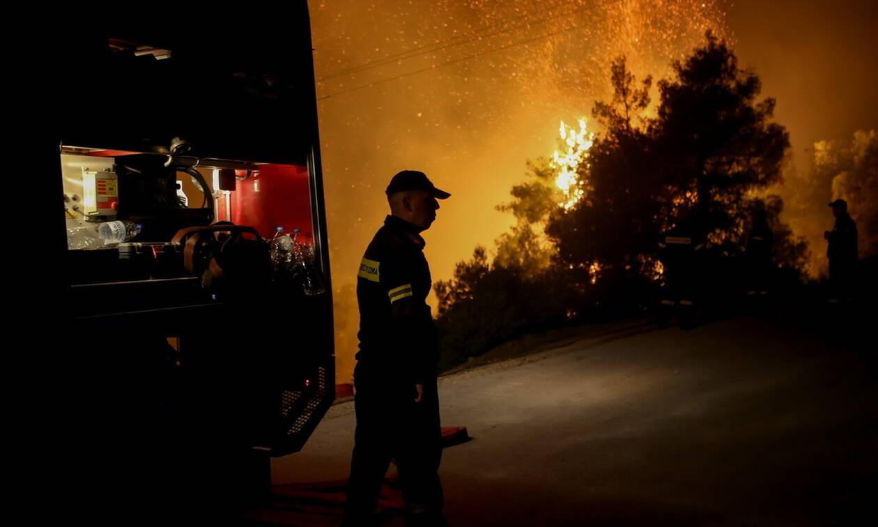 Φωτιά Εύβοια: Με μπουλντόζες σταμάτησαν τη φωτιά προς τα Ψαχνά