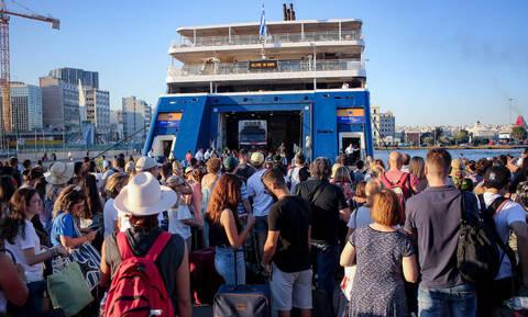 Χαμός στο λιμάνι του Πειραιά - Όπου φύγει... φύγει οι Αθηναίοι!