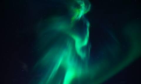 Μυστηριώδης λάμψη που μοιάζει με «άγγελο» ή «δράκο» εμφανίστηκε στον ουρανό! (vid)