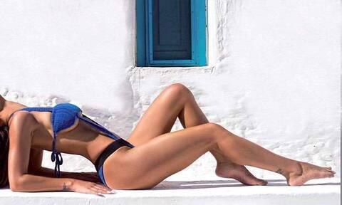 Κόλαση! Ελληνίδα τραγουδίστρια ποζάρει topless και προκαλεί (pics)