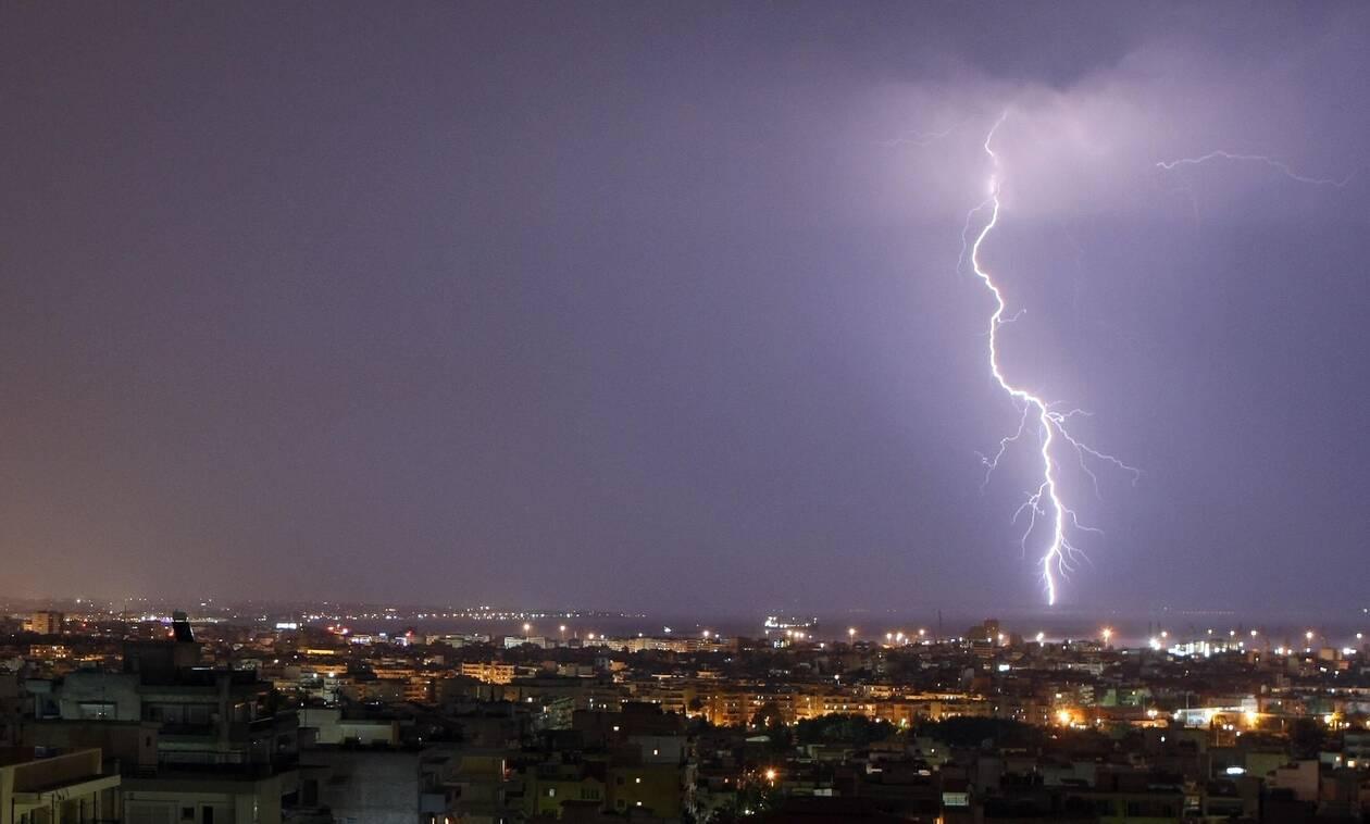 Ο καιρός τρελάθηκε: Ζέστη, ισχυρές καταιγίδες και μποφόρ την Παρασκευή