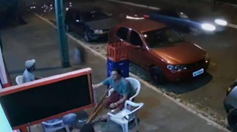 Έπινε αμέριμνος τη μπύρα του όταν τον παρέσυρε αδέσποτη ρόδα αυτοκινήτου (vid)