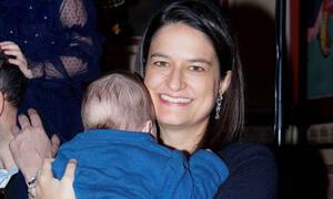 Νίκη Κεραμέως: Δείτε την υπουργό Παιδείας να διαβάζει με τα παιδιά της (pics)